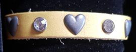 Geel leren armband met hartjes