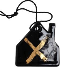 Aardewerk hanger huis zwart met goud kruis
