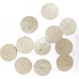 slinger van olifantenpoep papier rond