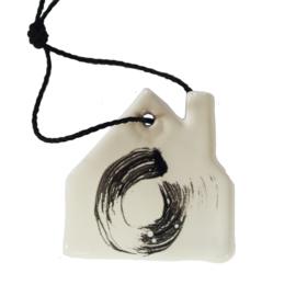 Aardewerk hanger huis wit met zwarte cirkel