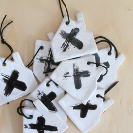 Aardewerk hanger huis wit met zwart kruis
