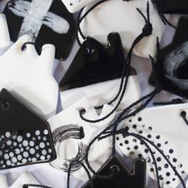 Aardewerk hanger huis wit met zwarte stippen