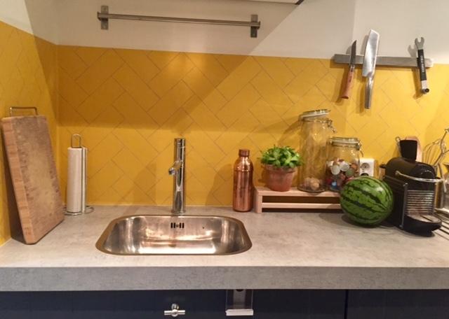 kitchenwalls kuchen tapete herringbone gelb