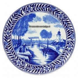 Delft plaque bleue. Boch Fréres Delfts. L'eau avec pont et l'église