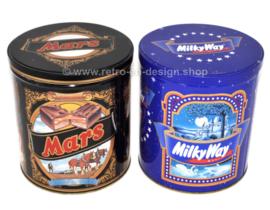 Set van twee vintage blikken opbergtrommels of snoepblikken voor Mars & Milky Way