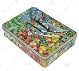 Rechteckige Vintage Dose mit einem mosaikartigen Bild eines Segelflosser