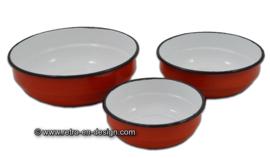 Set van drie brocante emaille nestschalen in rood en wit