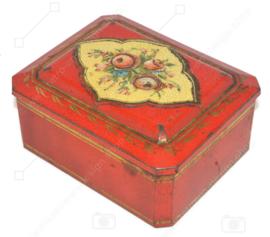 Boîte rectangulaire rouge avec détails dorés et décoration florale