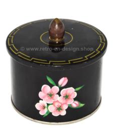 Bote vintage de hojalata negra con pomo y flor rosa con corazón verde de Côte d'Or