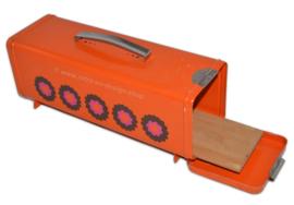 Vintage oranje peperkoekblik van Brabantia - Design patrice van Uden