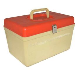 Vintage 'CURVER' naaidoos, naaibox of naaikoffer uit de jaren 70. Créme met oranje deksel