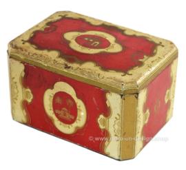 Boîte éain orientale vintage rouge avec des détails dorés