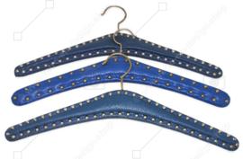 Set von drei Vintage Skai Kleiderbügeln in Blau mit gewölbte Nägel