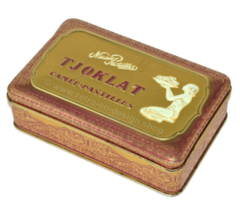 Lata vintage rectangular para pastillas de camafeo TJOKLAT con decoración de oro violeta y mujer arrodillada con cuenco de granos de cacao