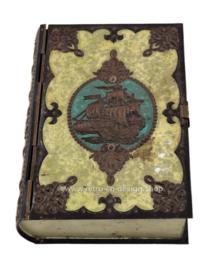 Vintage blik in boekvorm met zeilschip op kaft