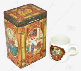 Blikken koffiebus van Douwe Egberts met nostalgische afbeeldingen en bijbehorend kopje