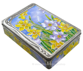 Caja estaño en relieve con narcisos en estilo Art Nouveau por Churchill's Confectionery Ltd