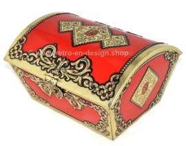 Groot vintage rood blikken kistje met goudkleurig beslag.