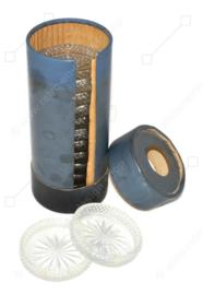 Posavasos de cristal, 1938, talla de diamante, en un tubo azul por The Dutch Glass Factory Leerdam