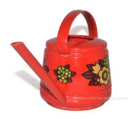 Rode vintage plastic Emsa plantengieter met bloemendecoratie