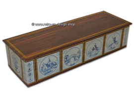 Gingerbread tin with delftware tiles and wood pattern