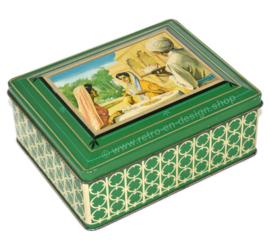 """Groen rechthoekig blik, """"Assam thee"""", op deksel Indiaas theedrinkend gezelschap"""