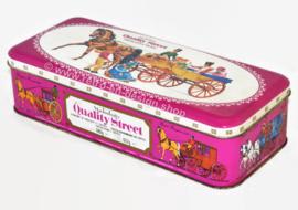 Lata rectangular vintage con tapa con bisagras para Quality Street de Mackintosh