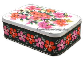 Vintage blik met diverse rode en roze bloemen