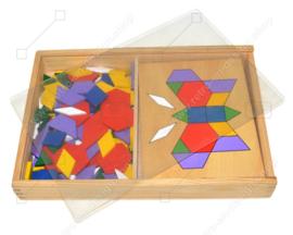 Jeu/jouet vintage composé d'une boîte en bois avec des puzzles et des exemples de tangram