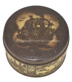 Boîte vintage ronde avec une image d'un galion et des tribus indiennes