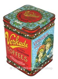 """Lata vintage """"Los mejores toffees surtidos"""" de Verkade con chicas que comen caramelo"""