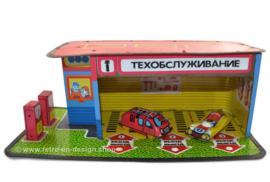 Antiguo garaje ruso de juguete de hojalata vintage con coches