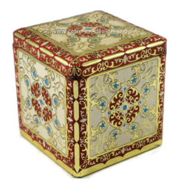Tin cube with embossed decorations in white / red / gold