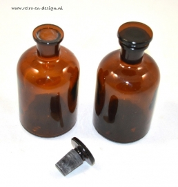 Set authentic pharmacists bottles / jars.