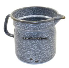 Oude brocante grijs gewolkte emaille melkkoker