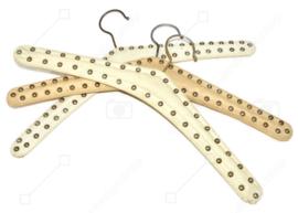 Set von drei Vintage Skai Kleiderbügeln in Cremeweiß mit gewölbte Nägel
