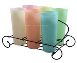 Ensemble vintage de six hauts gobelets Harlequin Tupperware dans un panier à boissons en acier filaire