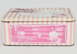 Boîte rétro rose pour biscuits par Hema avec des photos de l'intérieur de la boutique