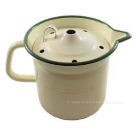 Cocina de leche esmaltada con borde verde, forro dorado y empuñadura