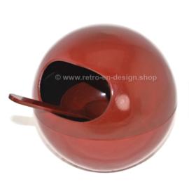 Vintage donkerrode hardplastic melamine pinda bol met zes schaaltjes en een lepel