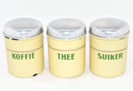 Set aus drei cremefarbenen, mit Brocante emaillierten Vorratsbehältern für Kaffee, Zucker und Tee mit grünen Buchstaben