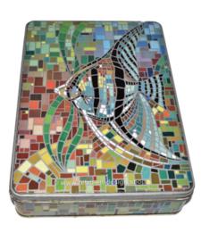Rechthoekige blikken trommel met mozaiek-achtige afbeelding van een maanvis