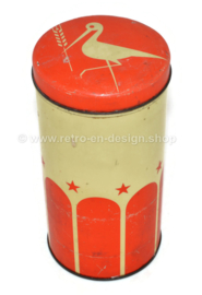 Lata de galletas vintage de Carels con tapa roja y la imagen de una cigüeña con espiga