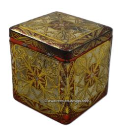 Blikken trommel in kubusmodel met reliefversieringen in wit/rood/goud