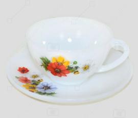 """Vintage kop en schotel met veldboeket """"Anemones"""" van Arcopal France."""