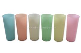 Vintage set van zes grote Tupperware bekers in houder van draadstaal