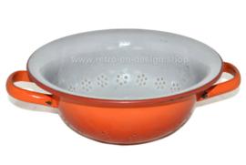 Oranje gevlamd brocante geëmailleerd vergiet met een grijze binnenkant en twee handvatten