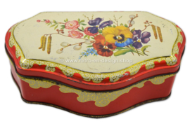 Red vintage tea tin with flowers by de Gruyter