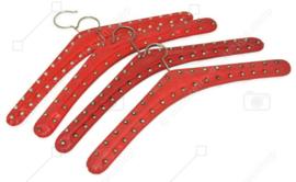 Set von vier Vintage Skai Kleiderbügeln in Rot mit gewölbte Nägel