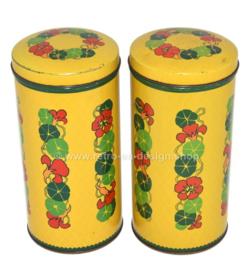 Set van twee cilindrische gele vintage blikken Verkade beschuitbussen met Oost-Indische kers